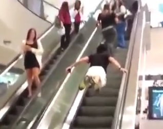 Superman sur un escalator