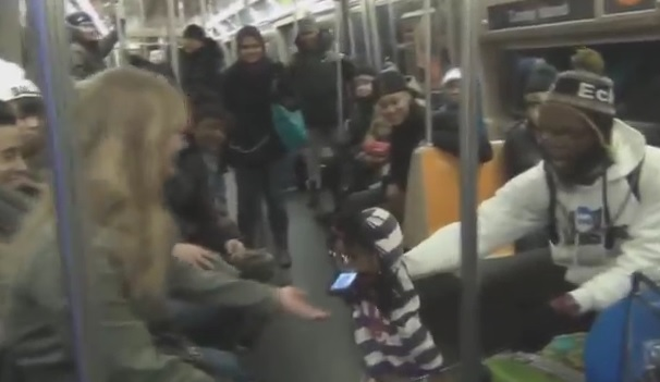 Un ventriloque drague dans le métro new-yorkais
