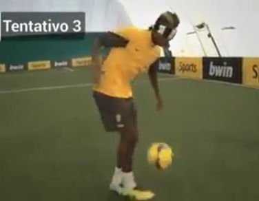 Quand Paul Pogba jongle les yeux bandés