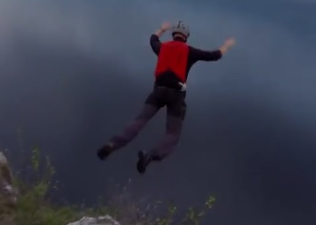 Le base jumper Matthew Gough rate son saut et frôle la mort
