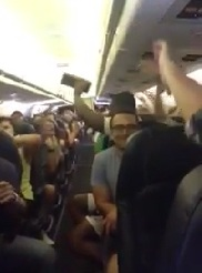 Des passagers bloqués 5h dans un avion chantent I Believe I can Fly