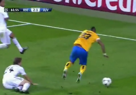 Grosse simulation d'Arturo Vidal contre le Real Madrid