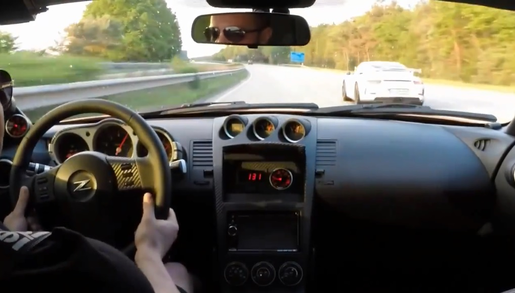 Un invité surprise pendant une course Nissan 350Z vs Porsche 991