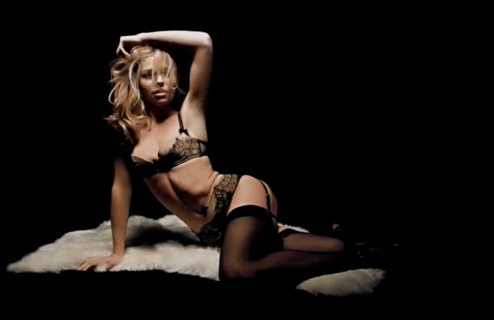 Abbey Clancy sort sa plus belle lingerie pour Noël