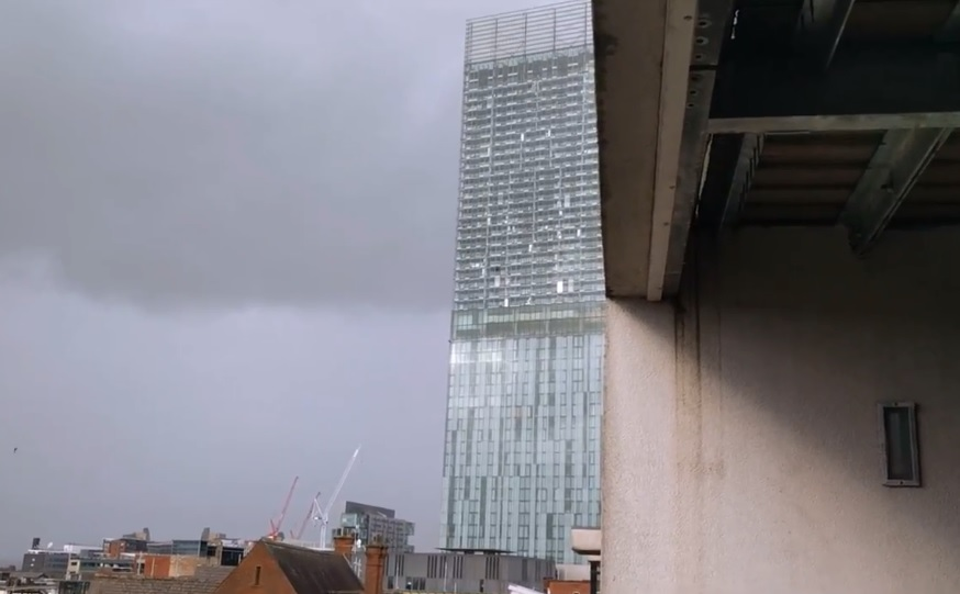 La Beetham Tower chante à cause du vent à Manchester