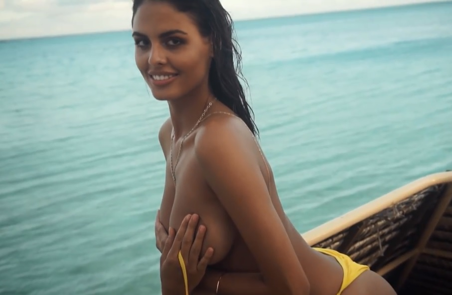 La mannequin serbe Bojana Krsmanovic topless et sexy pour Sports Illustrated