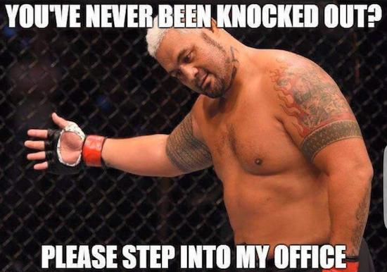 Mark Hunt met KO son adversaire en un coup de poing
