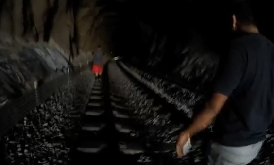 Des idiots s'aventurent dans un tunnel au moment où un train arrive