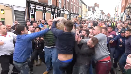 L'Atherstone Ball Game, le sport traditionnel le plus violent d'Angleterre