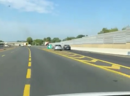 Le conducteur d'une Audi se rate en sortant de l'autoroute et se crashe violemment (France)