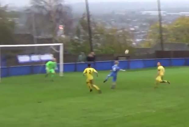 Une minute folle pendant un match de football amateur en Angleterre