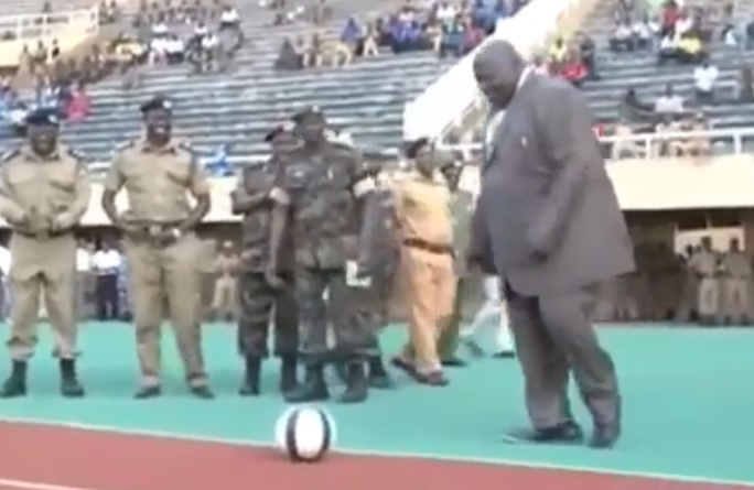 Le Ministre des Sports ougandais se ridiculise en tirant dans un ballon avant un match de football
